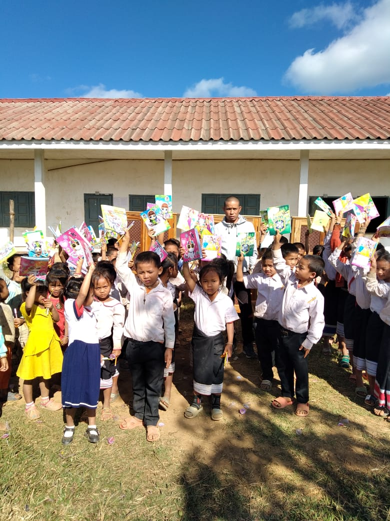 stolze Schulkinder freuen sich über unsere Unterstützung