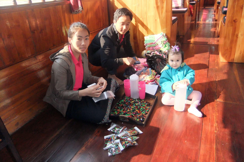 Die Guides sortieren die Geschenke für die Kinder in Ban Houyhao