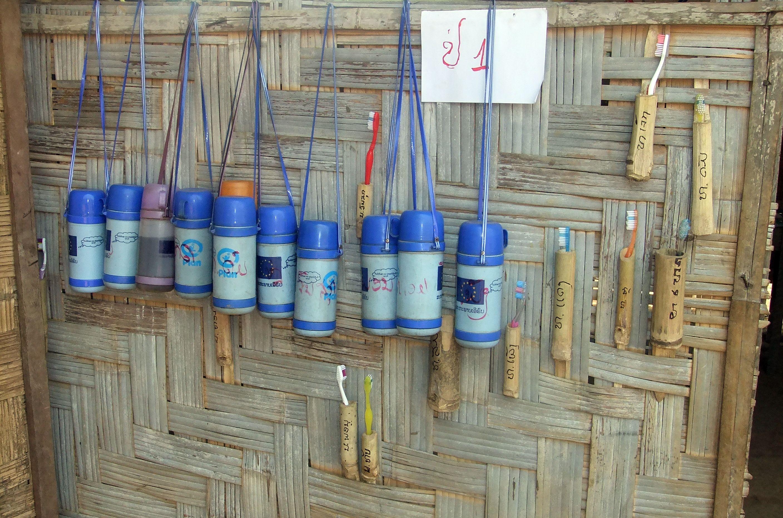 Die Zahnbürsten und Trinkflaschen der Kinder für die tägliche Mundhygiene