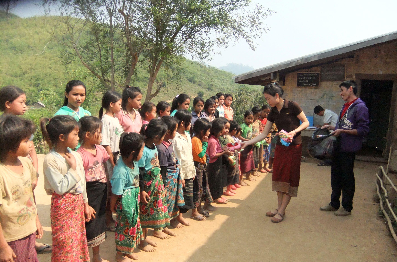 Die Geschenke an die Kinder in Ban Houyhao werden verteilt